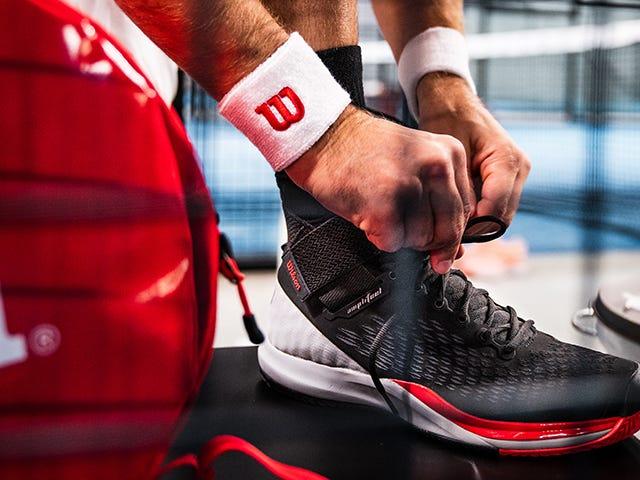 Jugador de pádel atándose las zapatillas en la pista